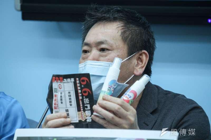 20200527-國民黨立院黨團召開「罷韓出奧步,疑似賄選抓到了」記者會,圖為總召林為洲出示證物。(蔡親傑攝)