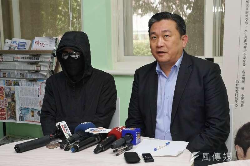 香港自反送中活動自今仍動盪不安,民進黨立委王定宇(右)28日陪同香港來台接受庇護者(左)接受媒體訪問。(盧逸峰攝)