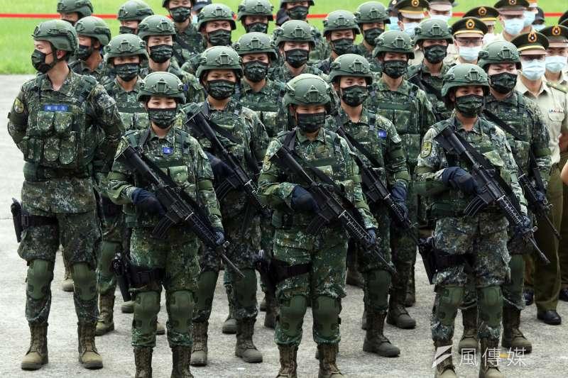 總統蔡英文26日前往憲兵指揮部視導,人員則穿著國軍制式數位迷彩服,用於首都衛戍作戰的快反連重機也以數位迷彩布覆蓋。(資料照,蘇仲泓攝)