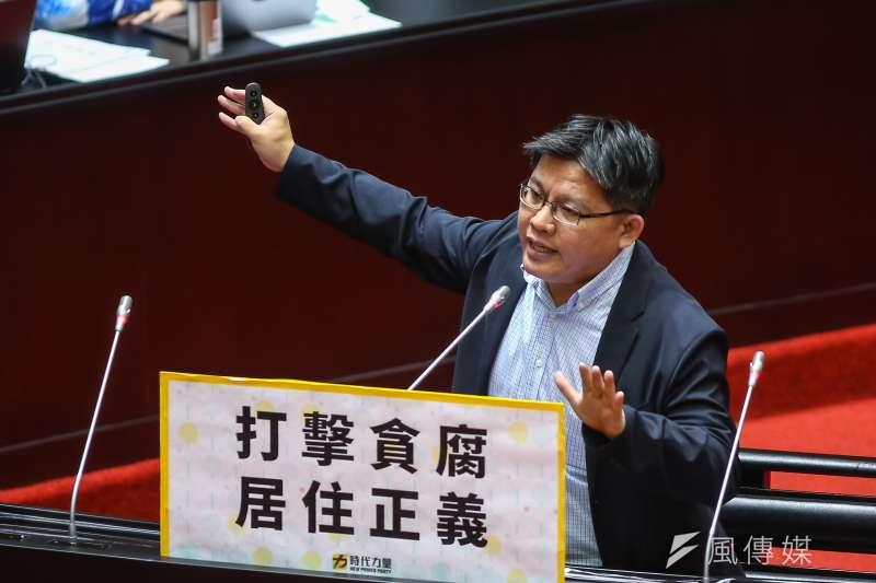 針對台灣民眾個資洩漏至暗網,徐國勇回答個資是來自畢業紀念冊,對此,時代力量立委邱顯智(見圖)在臉書發文砲轟。(資料照,顏麟宇攝)