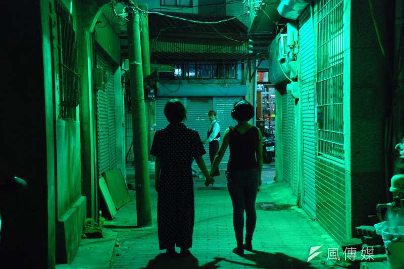 河床劇團戲劇作品《開房間》系列計劃,2016年於台南街道演岀。(河床劇團提供)