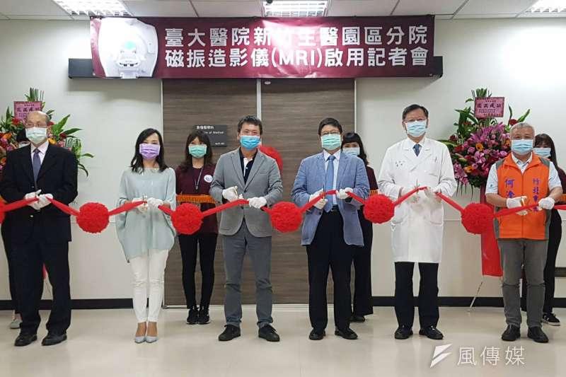 台大新竹生醫分院29日舉行磁振造影儀(MRI)設備啟用剪綵儀式。(圖/方詠騰攝)