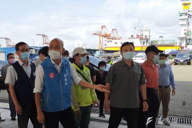 今年首艘魷釣船返抵前鎮漁港韓國瑜市長與陳宗彥副指揮官視察防疫工作並關懷船員海上辛勞。(圖/徐炳文攝)