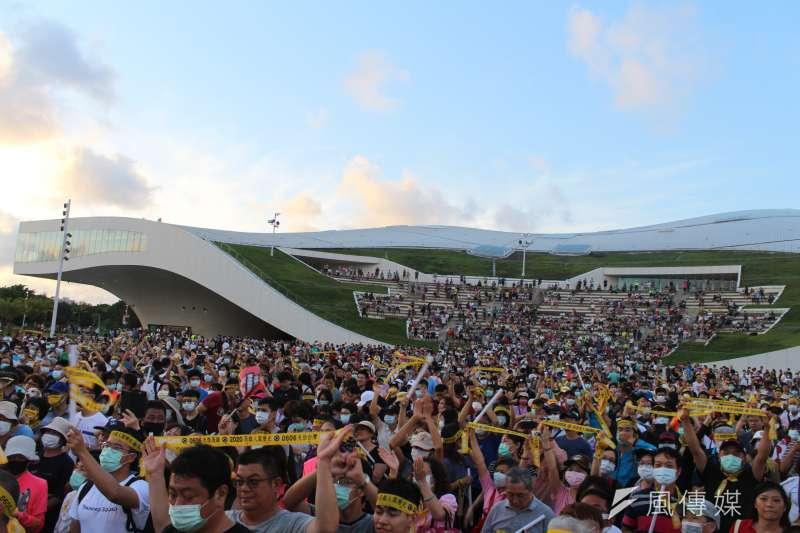 20200531-Wecare高雄31日也舉辦罷韓演習最終場,民眾到衛武營戶外劇場前草地集結進行罷韓演習。(黃信維攝)