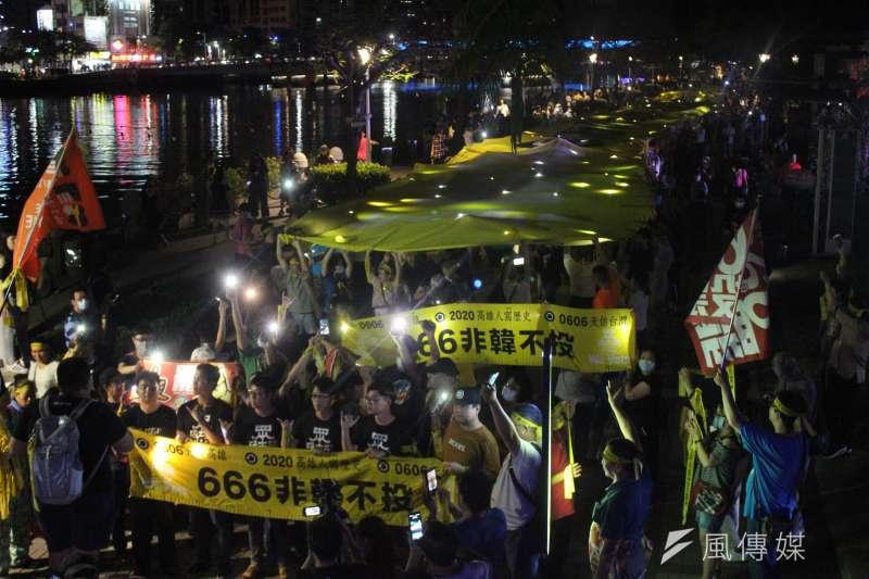 高雄市長韓國瑜罷免案將於6日投票,罷韓團體把握僅剩時間全力衝刺,1日晚舉行「罷韓夜光超級黃絲帶遊行」。(黃信維攝)