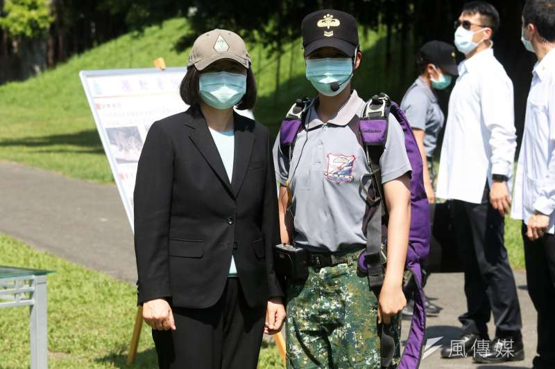 20200602-總統蔡英文(左)2日赴屏東陸軍空降訓練中心「大武營區」,並與傘教組助教李亭儇(右)中士合影。(蘇仲泓攝)