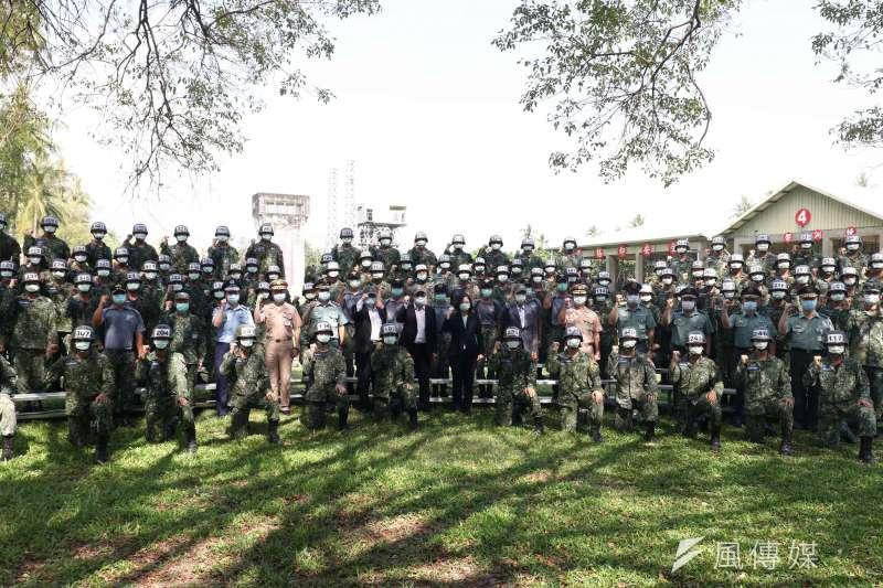 20200602-總統蔡英文2日赴屏東陸軍空降訓練中心「大武營區」,了解國軍傘兵訓練實況。(蘇仲泓攝)