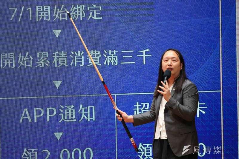 行政院舉行「振興三倍券」發布記者會,政務委員唐鳳說明領取方式。(顏麟宇攝)