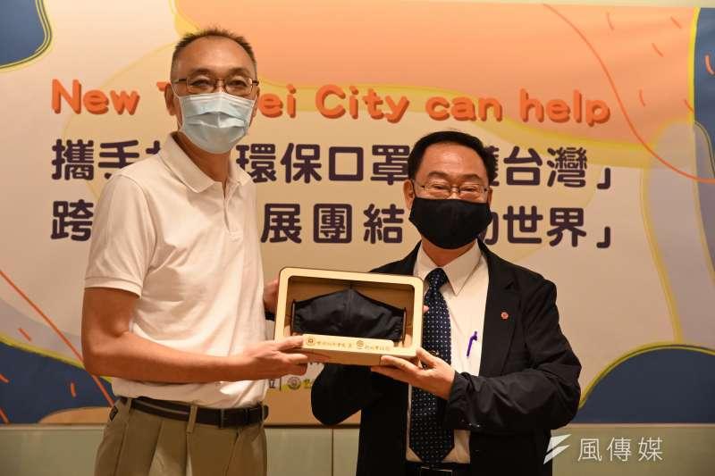 黎明技術學院校長林明芳(右)代表捐贈900碼多層環保奈米銀離子防護口罩布料,給新北副市長謝政達。(圖/新北市教育局提供)