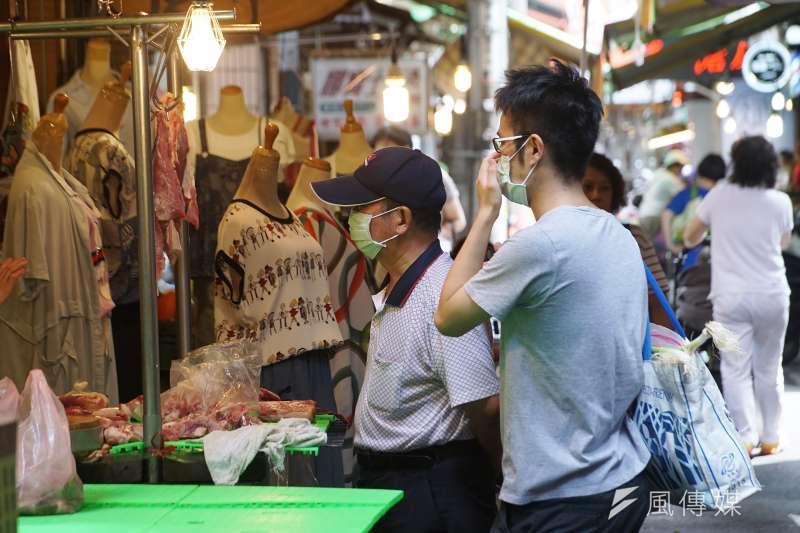 台北市長柯文哲上任之後,極力推動無現金支付,公有市場未來也將強制加裝,卻遭攤販反映不實用。(資料照,盧逸峰攝)