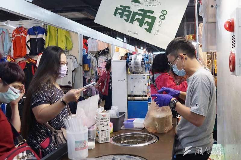 20200603-行政院推出「三倍券」刺激消費,圖為民眾於市場消費購物。(盧逸峰攝)