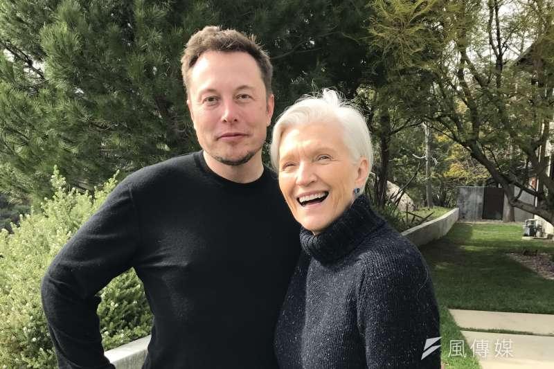 梅伊與大兒子伊隆,作者認為,很多人因為生性害羞所以不敢開口提出要求,但其實很多事情都得要自己爭取才能獲得機會。(圖/由Maye Musk提供)