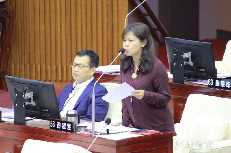 20200604-台北市議員游淑慧(右)4日於台北市議會進行質詢。(方炳超攝)