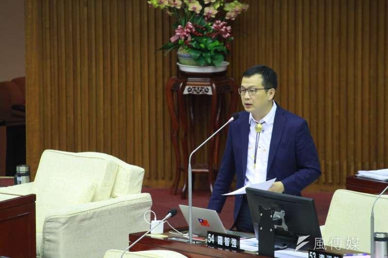台北市議員羅智強在質詢時提出檢舉,指有網友爆料,出現補助車資的「賄選」情事,要求查辦。(方炳超攝)