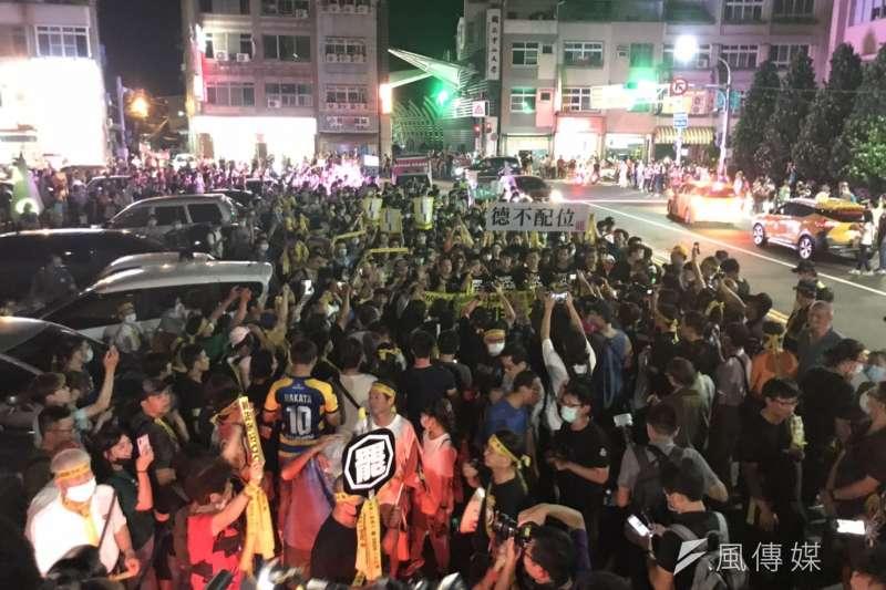 20200604-罷韓團體4日進行最後衝刺,舉辦「決戰黃金週 最後一哩路 罷韓夜光超級黃絲帶六四撐香港遊行」。(黃信維攝)