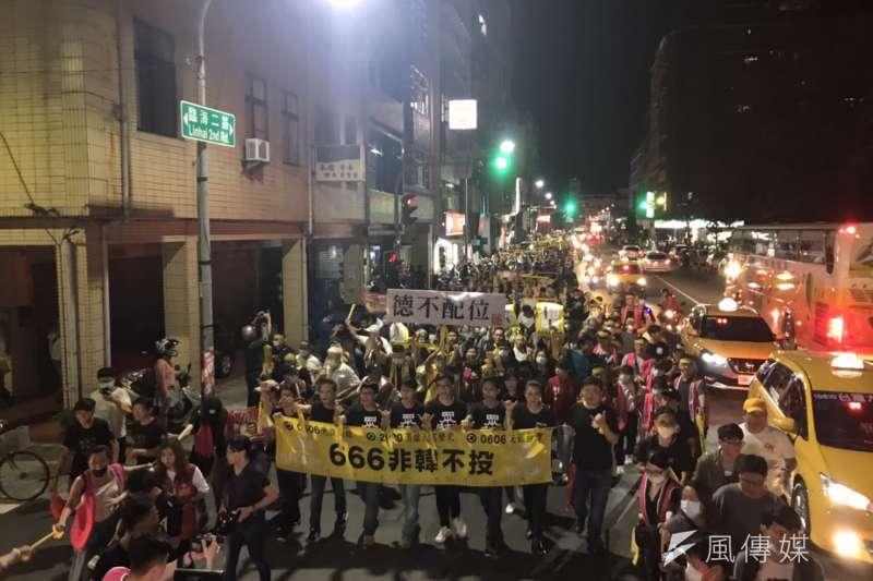 罷韓團體4日進行最後衝刺,舉辦「決戰黃金周 最後一哩路 罷韓夜光超級黃絲帶六四撐香港遊行」,吸引數千民眾參與。(黃信維攝)