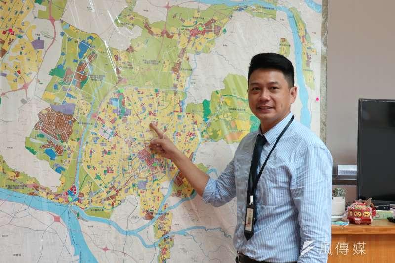 台中市府交通局長葉昭甫說明台中捷運路線規劃。(圖/記者王秀禾攝)