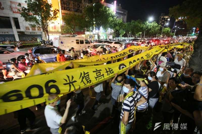 高雄罷韓投票日前一夜,罷韓支持者高呼「非韓不投」,展現罷韓決心。(林瑞慶攝)