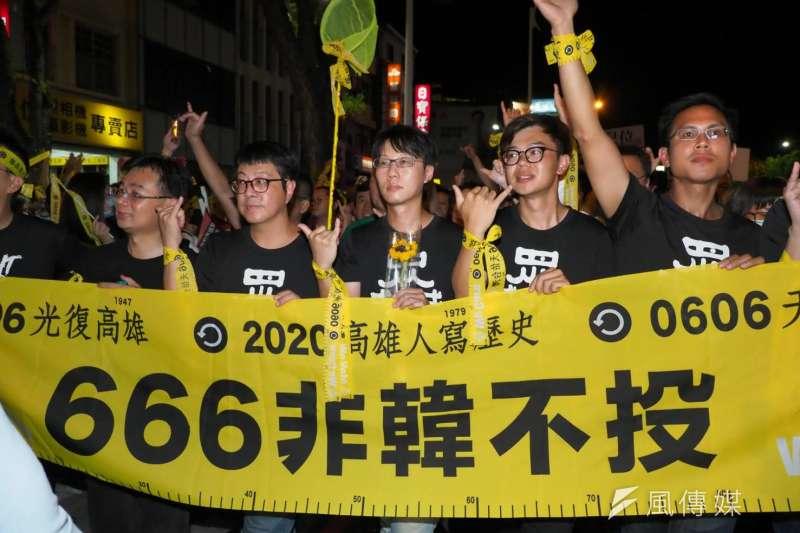 高雄市長韓國瑜罷免投票將於6日登場,不少支持罷韓的青年與家長立場相左,導致衝突浮上檯面。圖為5日晚上進行罷韓最後遊行。(林瑞慶攝)