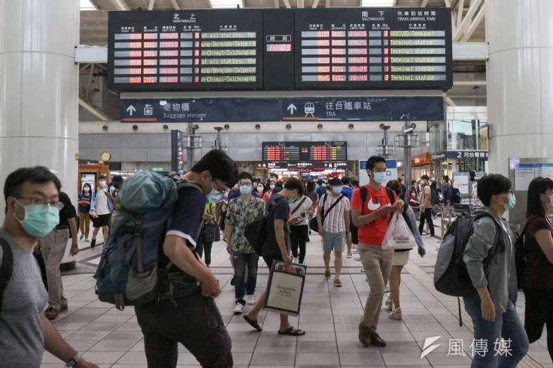 據統計,從投票前1天開始,目前無法直接購買台北到左營的全程票班,已經不少,可見在外高雄人不少人將會返鄉投票。(資料照,顏麟宇攝)