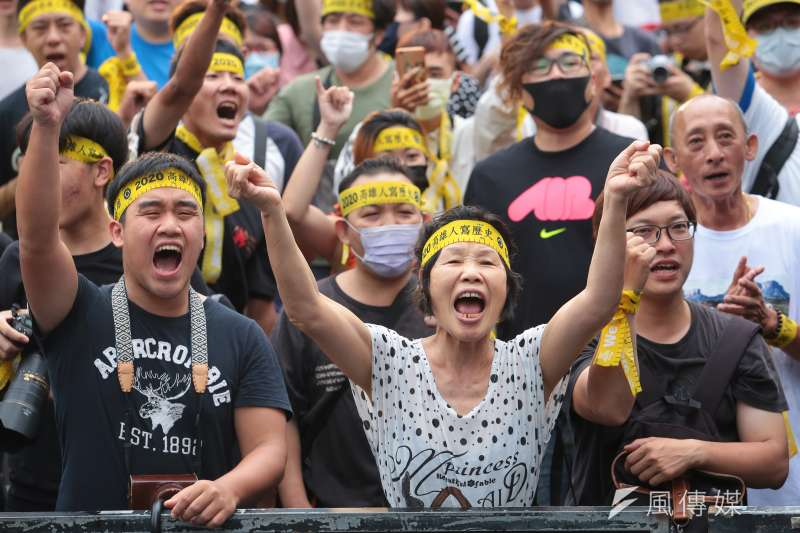 高雄市長韓國瑜被成功罷免,最具指標的意義可說是「又老又窮」、「北漂」等標籤遭到撕除,同時高雄的政治生態也將邁向新的紀元。(顏麟宇攝)
