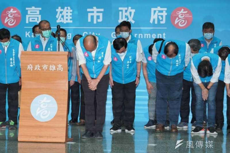20200606-高雄市長韓國瑜罷免案通過法定罷免門檻,韓國瑜6日率領市府團隊向市民鞠躬致意。(林瑞慶攝)