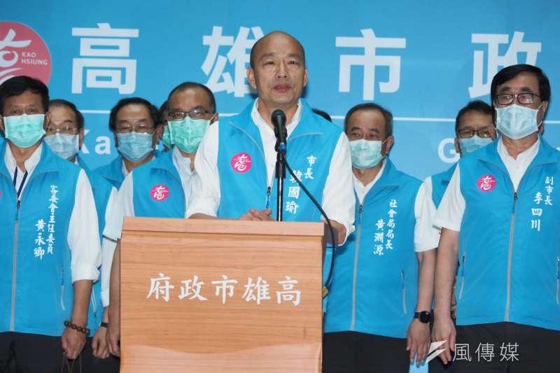 20200606-高雄市長韓國瑜(中)罷免案通過法定罷免門檻,韓國瑜6日率領市府團隊向市民鞠躬致意。(林瑞慶攝)