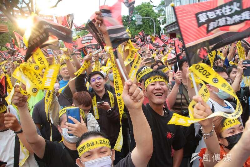 台灣民意基金會最新政黨支持度調查顯示,雖然罷韓成功,但民進黨的支持者卻在1個月內減少13.6個百分點,相當離奇。圖為支持罷免前高雄市長韓國瑜的民眾。(資料照,顏麟宇攝)