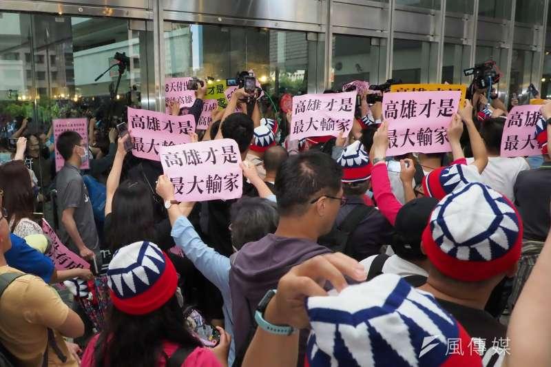 433高雄市長韓國瑜確定被罷免後舉行記者會,支持者在場外力挺。(林瑞慶攝)