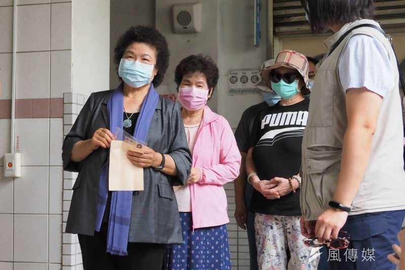 高雄市長韓國瑜罷免案投票6日登場,前總統府秘書長陳菊(左一)一早現身高市新上國小,和民眾排隊等待投票。(新新聞林瑞慶攝)
