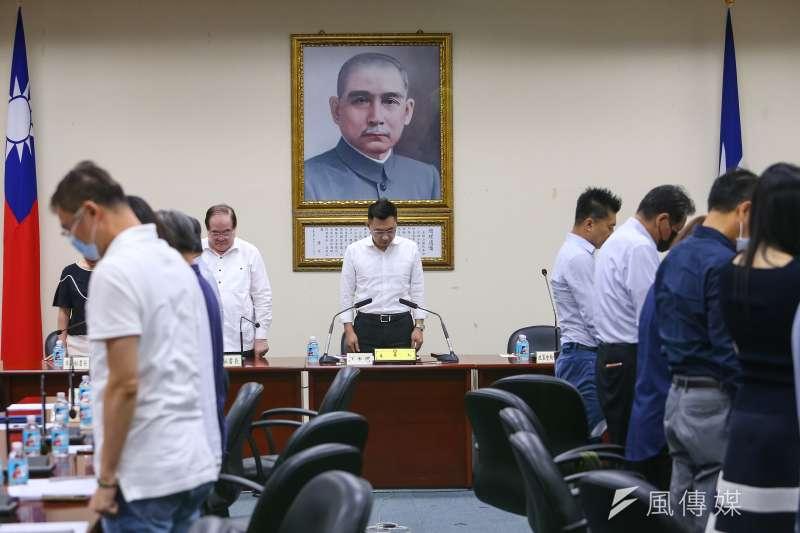 20200608-國民黨主席江啟臣8日召開擴大主管會報,並於會議開始前向高雄市議長許崑源默哀一分鐘。(顏麟宇攝)