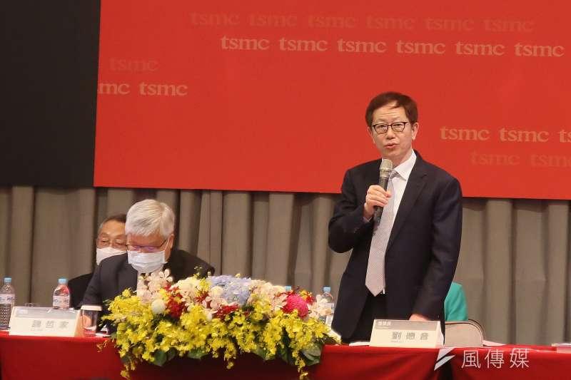 台積電董事長劉德音(站立者)表示,9月14日後將不再出貨華為,不過,美國政府可能放寬一般產品可出貨華為,只是最終結果仍待觀察。(柯承惠攝)