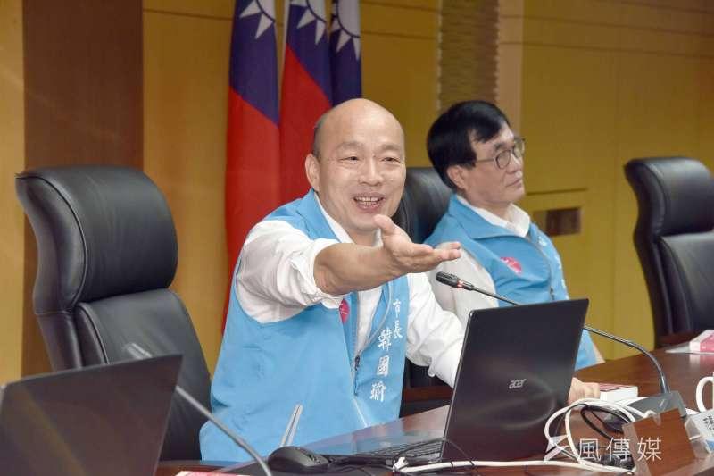 雄市長韓國瑜9日主持任內最後一次市政會議,不忘推薦最後一本每月好書「生命清單」,期盼高雄充滿文化涵養。(圖/徐炳文攝)