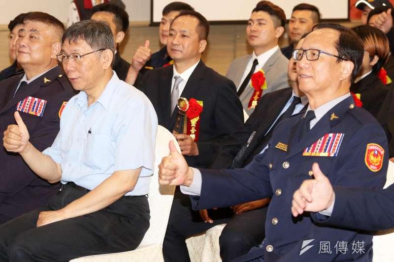 台北市長柯文哲(圖左)親出席「金吾獎」頒獎典禮,表揚40位年度得獎人和9位模範警察。圖右為台北市警察局長陳嘉昌。(蘇仲泓攝)