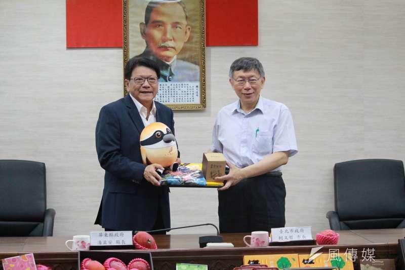 屏東縣長潘孟安(左)11日帶領縣府團隊北上推廣觀光,與台北市長柯文哲(右)同台。(方炳超攝)
