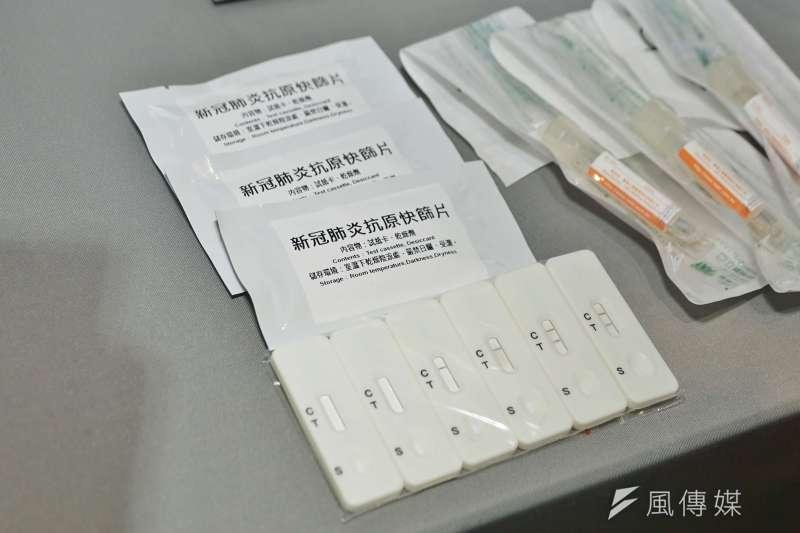 中研院表示,國內已經5間試劑廠商完成技轉15分鐘抗原快篩,也有5到6家國外廠商正在洽談。圖為新冠病毒抗原快篩片。(資料照,盧逸峰攝)