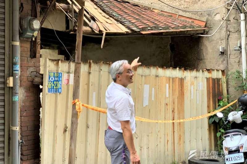 小塹有約:文史工作者李元璋指出過去曾沿著城牆興建的屋簷(簡恒宇攝)