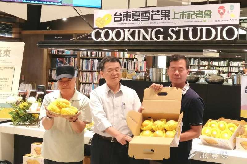 水保局長李鎮洋(中)與農友黃春潮(左)、蕭全軒(右)主持夏雪芒果開箱儀式。(圖/陳又嘉攝)