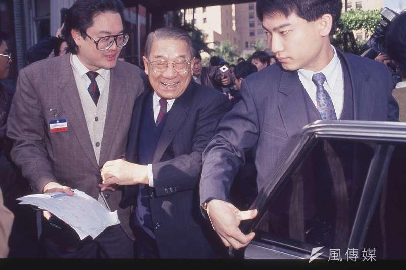 李登輝繼任總統和黨主席初期一度和國民黨祕書長李煥(中)有磨擦,一年後兩人的合作關係已大為改善。(新新聞資料照)