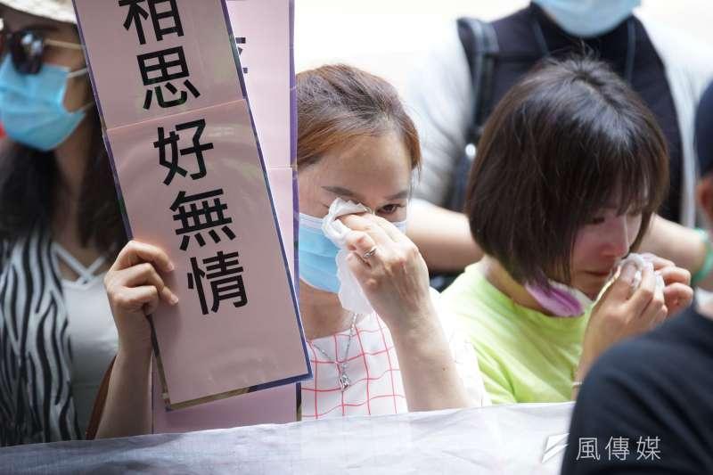 「台灣滯陸孩童父母自救會」13日發出陳情書,並表示將在14日上午前往總統府陳情,懇請政府「給家人一條回家的路」。圖為6月17日自救會在疾管署門口召開記者會。(資料照,盧逸峰攝)