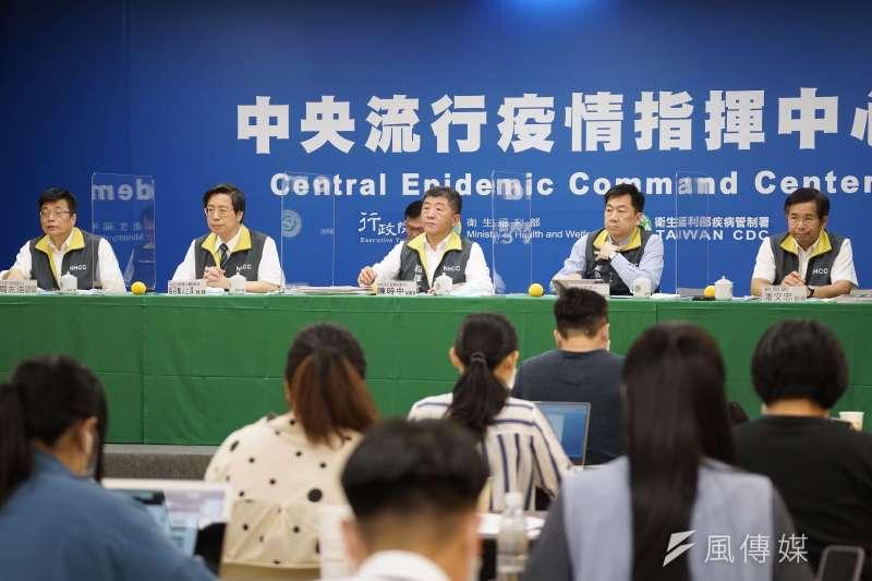 20200617-中央流行疫情指揮中心17日召開疫情記者會,指揮官陳時中(左三)等出席。(盧逸峰攝)