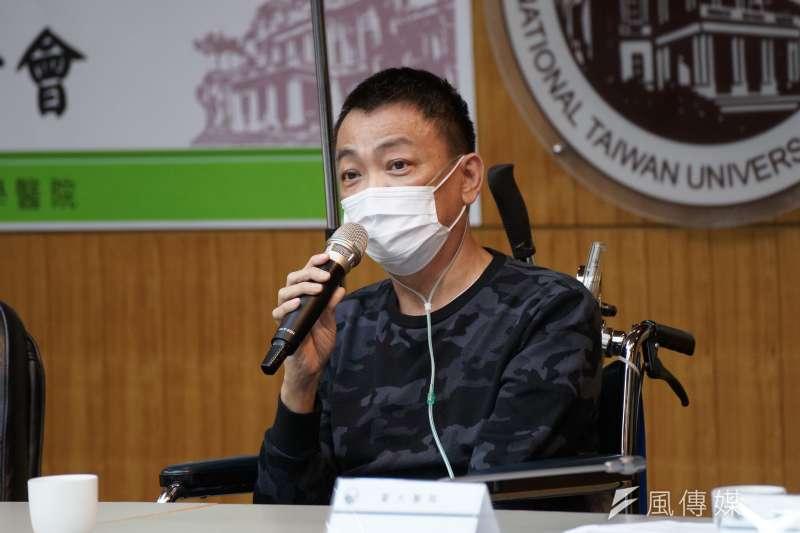 20200618-臺大醫院18日舉行重症案例康復出院記者會,康復個案A先生發言。(盧逸峰攝)