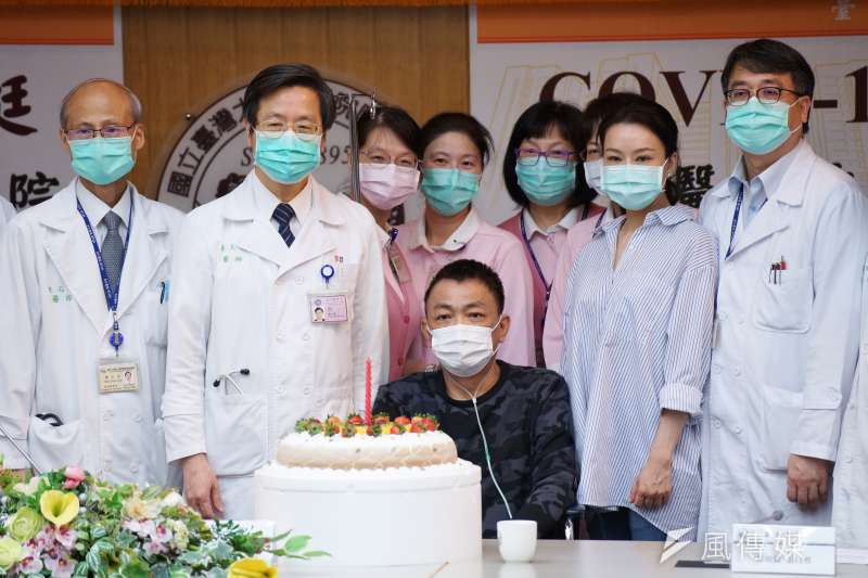 台大醫院18日舉行新冠肺炎重症案例康復出院記者會,台大副校長張上淳(左二)、康復個案A先生(前排坐下者)與醫護團隊合影。(盧逸峰攝)