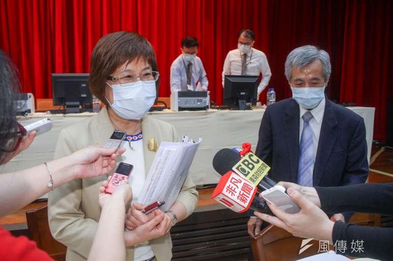 彰銀股東會後董事長凌忠嫄(左)於會後受訪,右為總經理黃瑞沐。(蔡親傑攝)