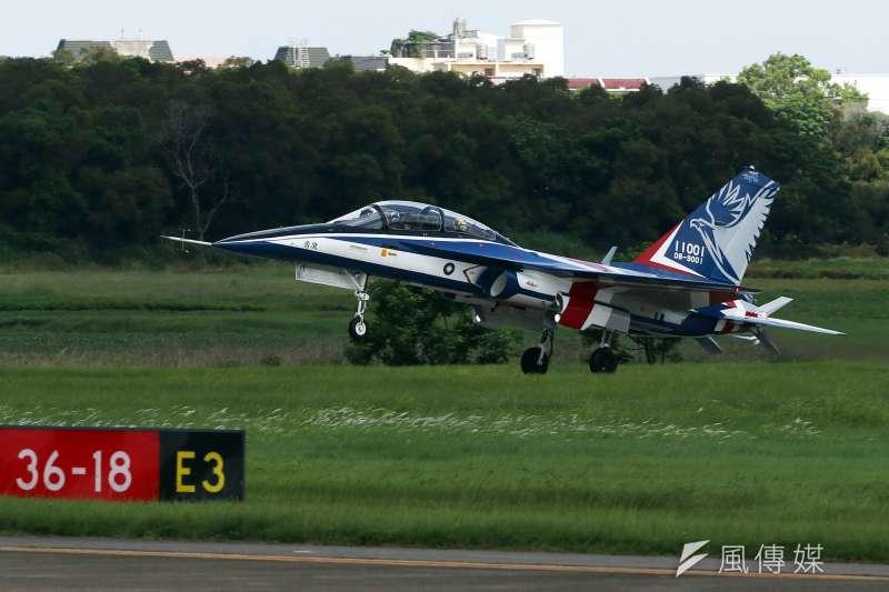 空軍新式高教機「勇鷹號」首架原型機今(22)天上午在台中清泉崗基地正式首飛。(蘇仲泓攝)
