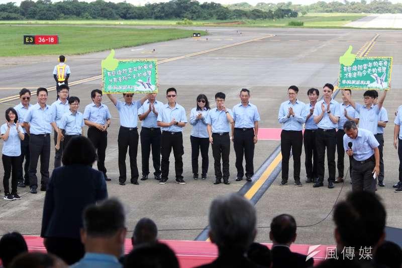 空軍新式高教機「勇鷹號」首架原型機今(22)天上午在台中清泉崗基地正式首飛,漢翔員工現場舉標語。(蘇仲泓攝)