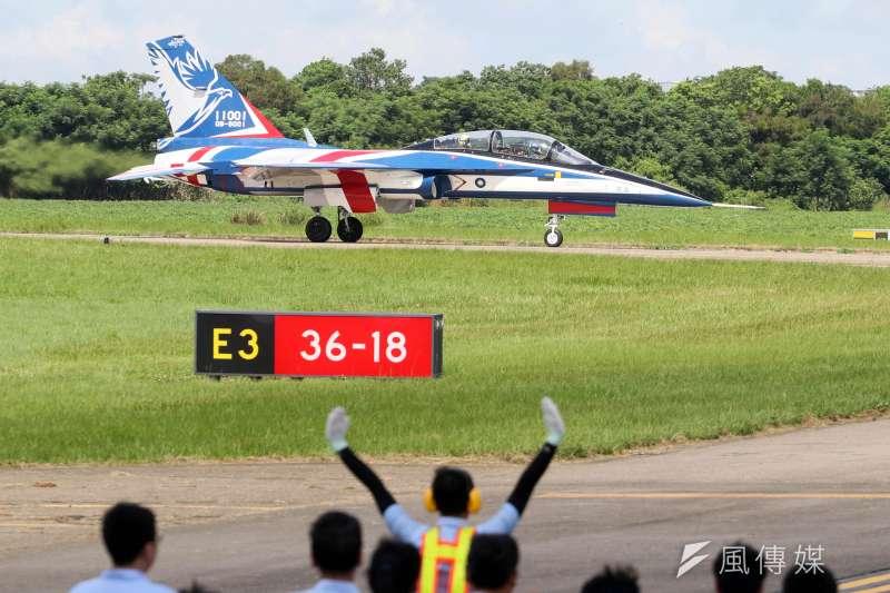 空軍新式高級教練機「勇鷹號」去(2019)年9月出廠亮相後,今(22)日上午在台中清泉崗基地舉行首飛展示活動。(蘇仲泓攝)