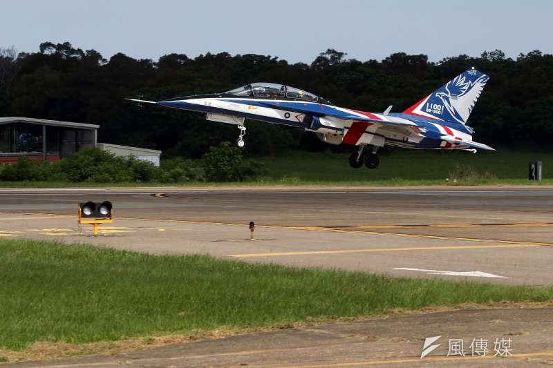 20200622-空軍新式高級教練機「勇鷹號」去(2019)年9月出廠亮相後,今(22)日上午在台中清泉崗基地舉行首飛展示活動。(蘇仲泓攝)