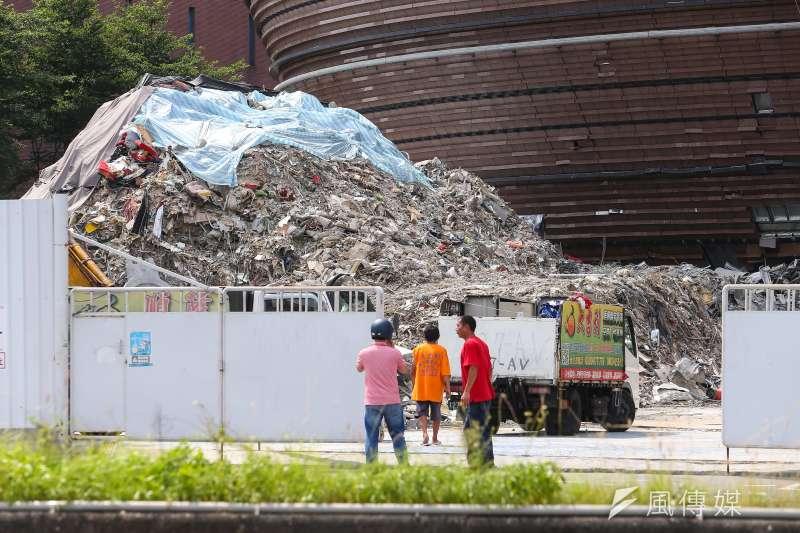 京華城拆除工程發生一起事故,一名拆除工人遭活埋致死。(資料照,顏麟宇攝)