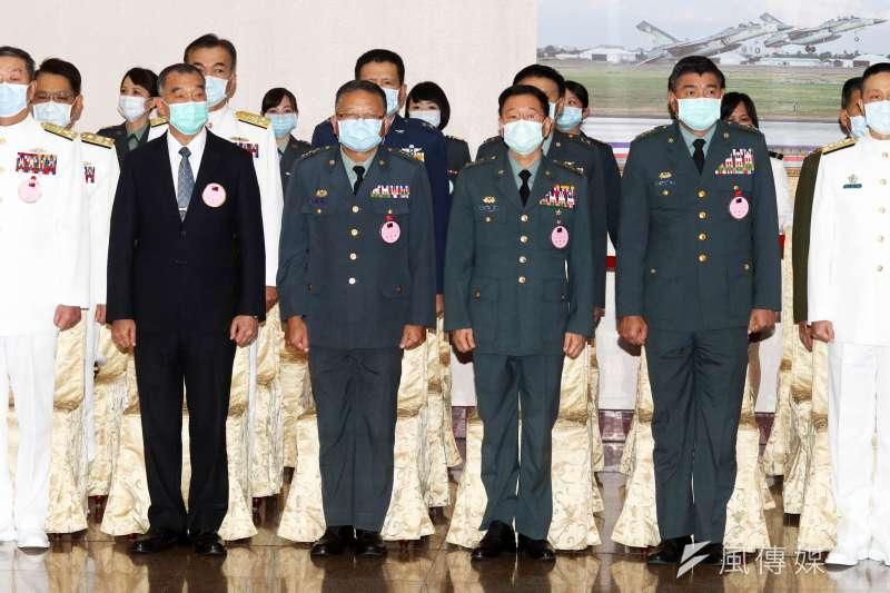 國軍109年下半年將官晉任典禮今(23)日上午舉行,總統蔡英文親自出席,是與會國安官員、高階將領均配戴口罩畫面。(蘇仲泓攝)